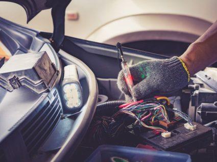 pessoa a fazer manutenção de carro elétrico