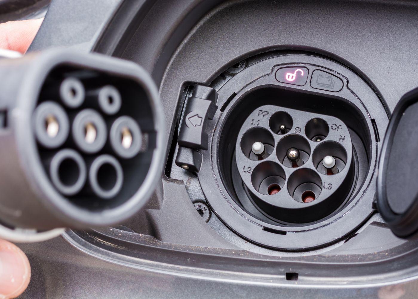 close-up numa tomada de carregamento de um carro elétrico