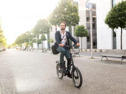 homem a andar numa das melhores bicicletas elétricas