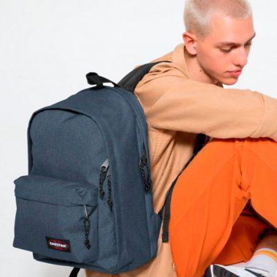 jovem com mochila às costas