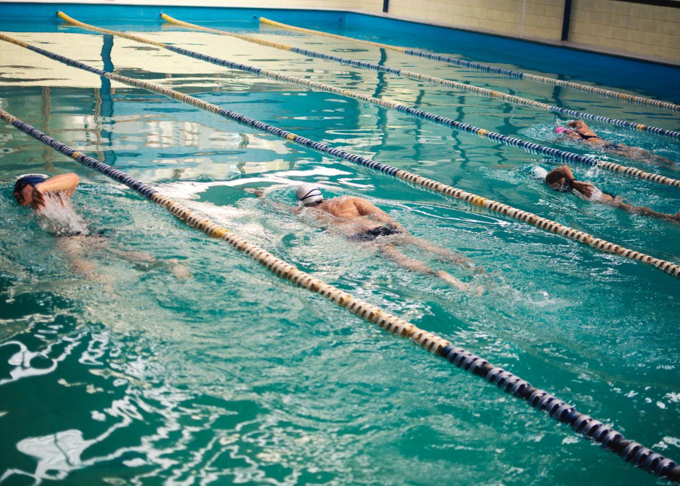 nadadores na piscina