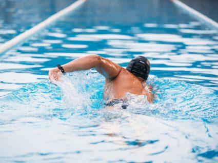 homem a nadar em piscina