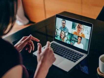 pessoa em vídeochamada para promover networking remoto