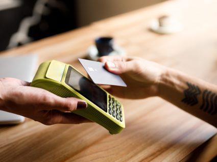 Homem a pagar com cartão conta de restaurante
