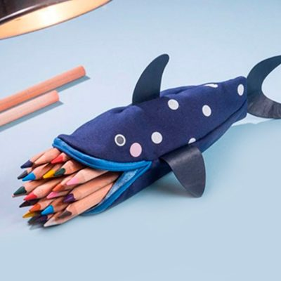 estojo com lápis e formato de tubarão