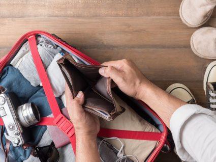 homem desfaz mala e verifica que precisa de poupar no regresso das férias