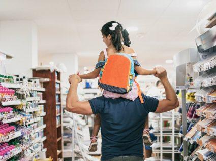 pai e filha fazem compras para o regresso às aulas