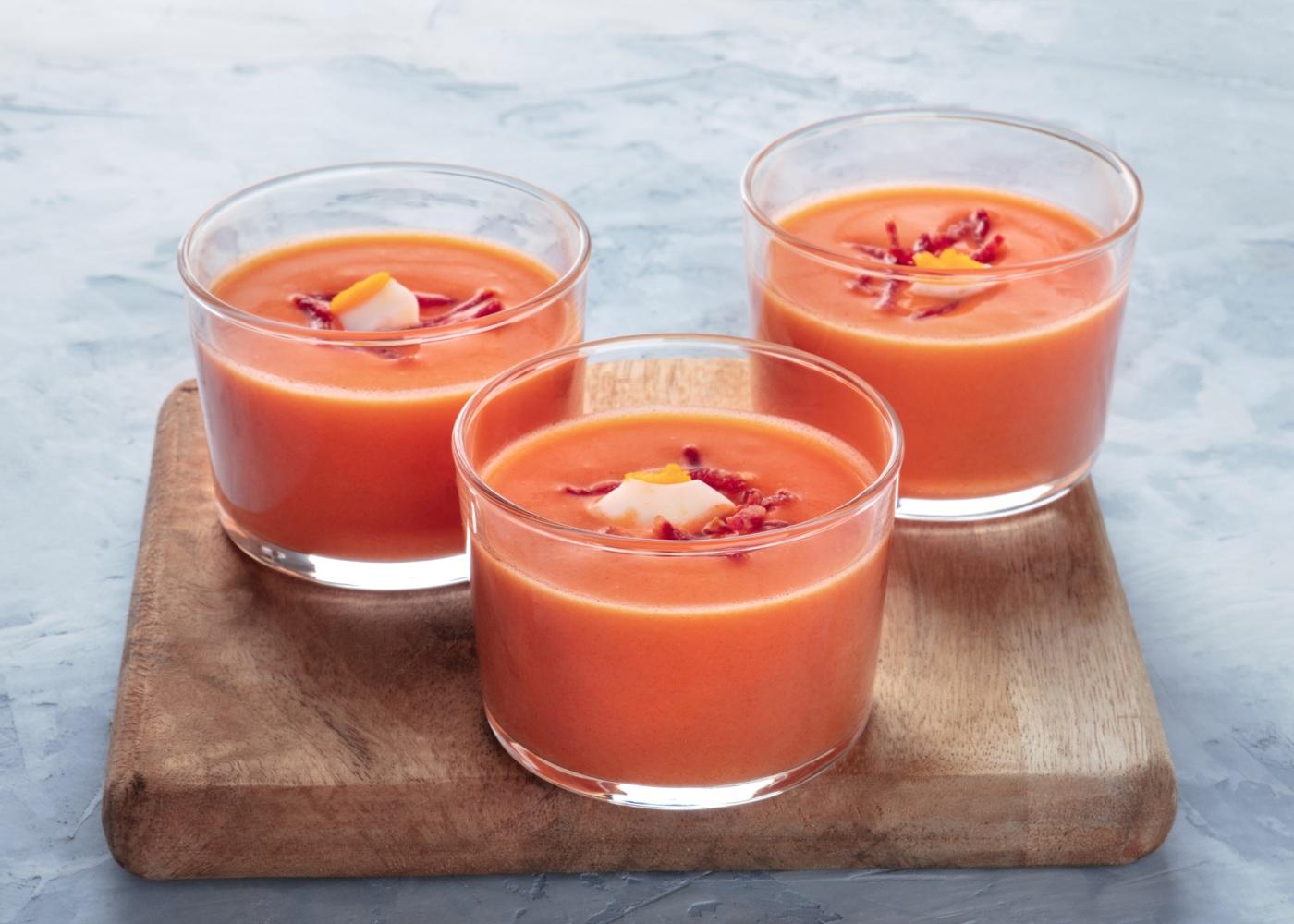 sopa de tomate com ovos escalfados