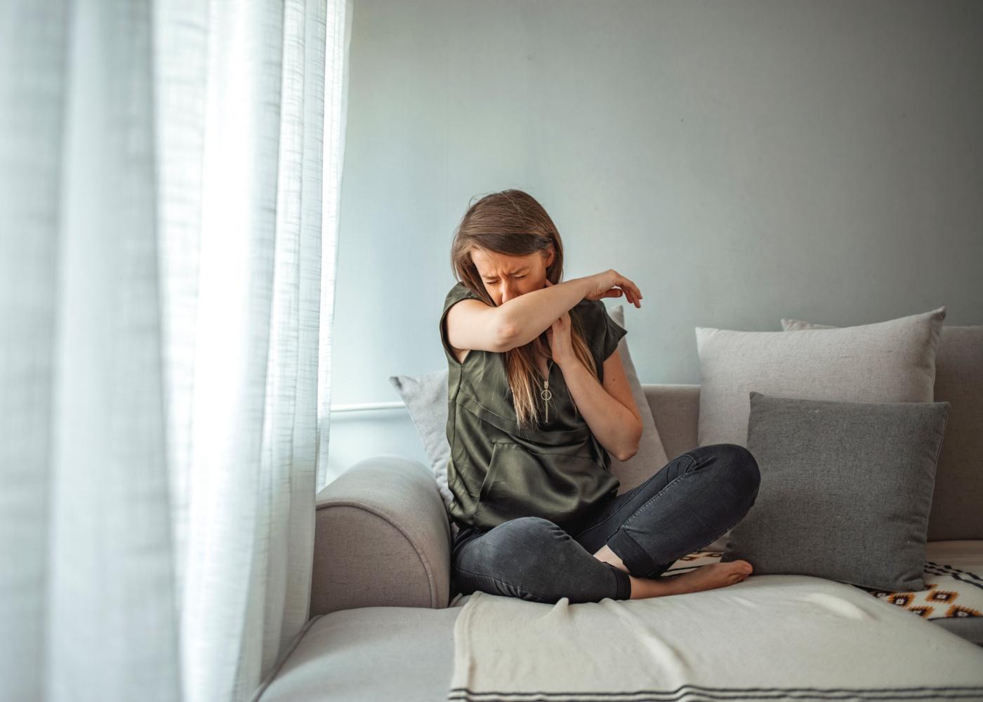 Mulher com ataque de tosse