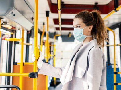 Mulher a cumprir regras de higiene para andar em transportes públicos