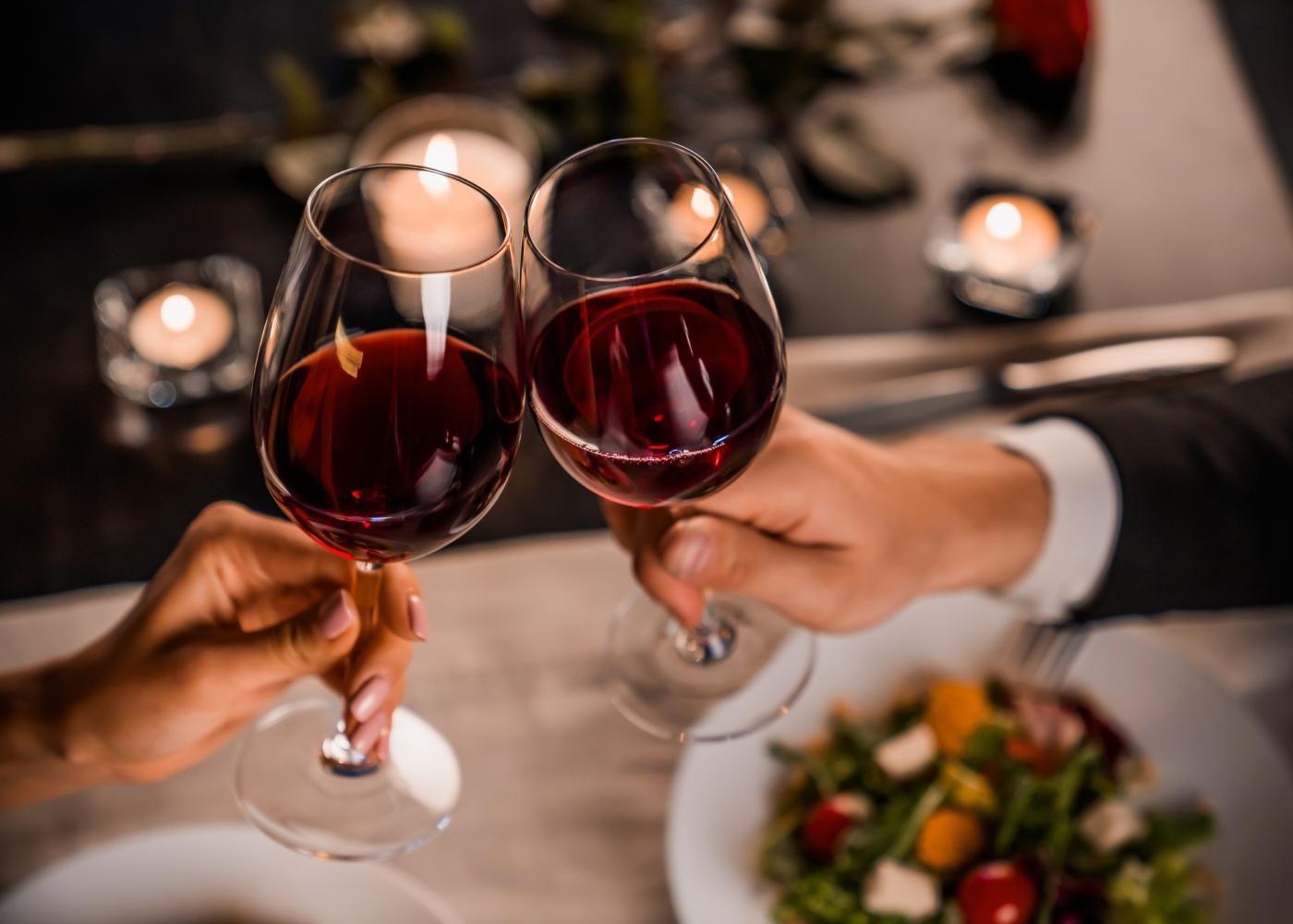 Brinde com copos de vinho