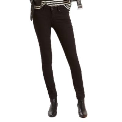 mulher a vestir calças levis preta