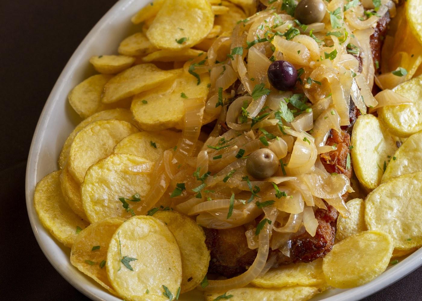 bacalhau de cebolada com batata frita