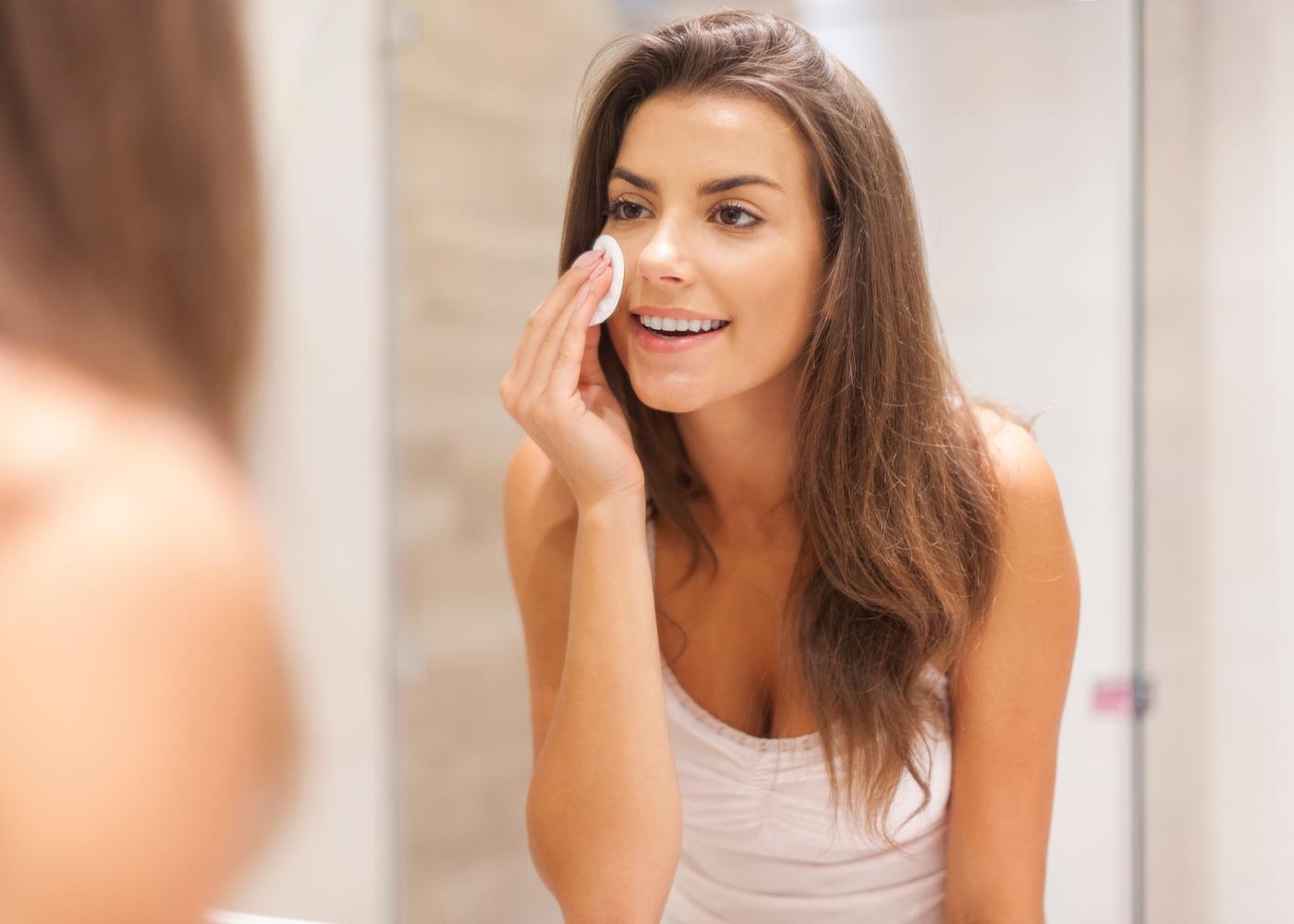 Mulher jovem a limpar a cara