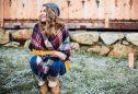 Mulher jovem com cachecol manta