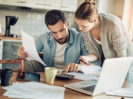 Casal a fazer orçamento mensal