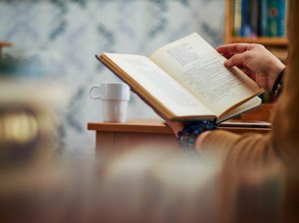 mão seguram um livro