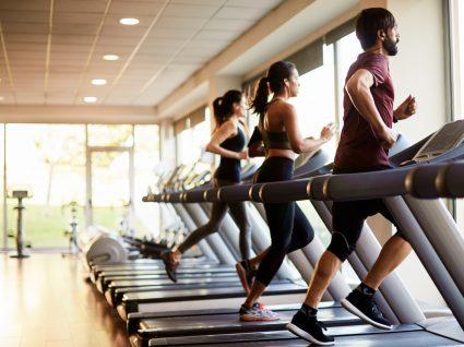 Grupo de pessoas a fazer atividade física no ginásio