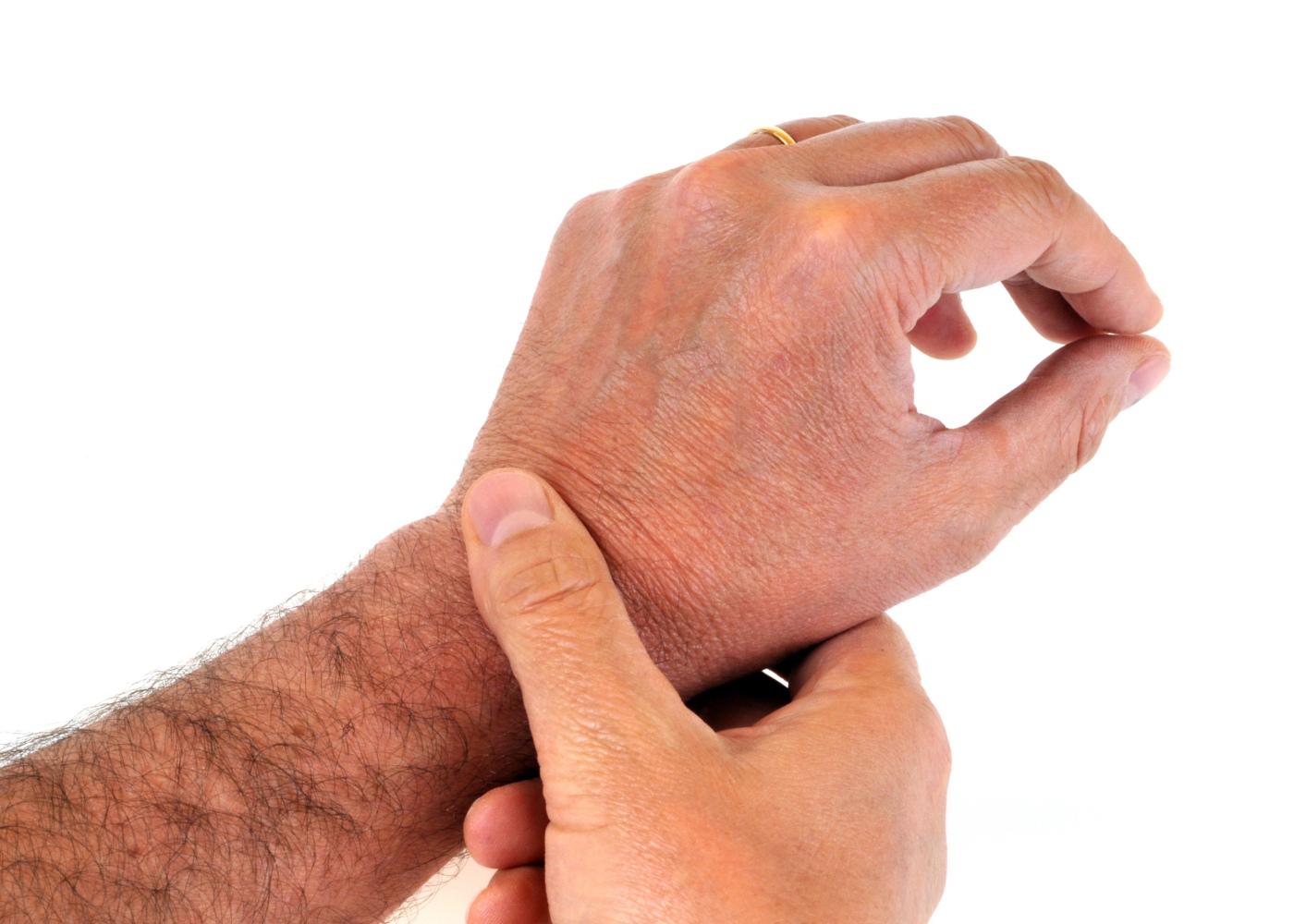 pessoa com dor no pulso