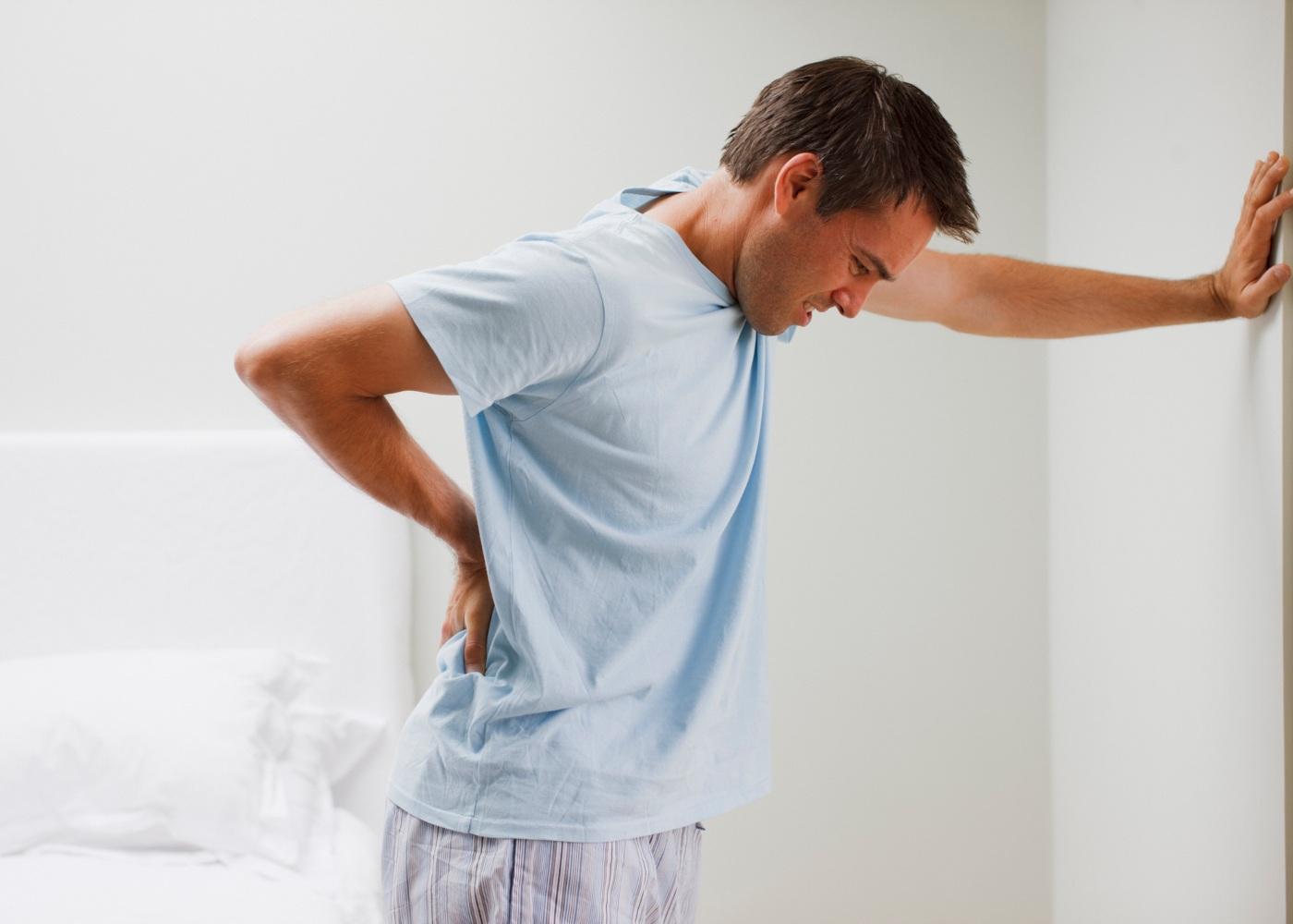 Homem com dor lombar
