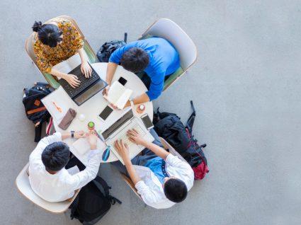 Estudantes do Ensino Superior a estudar