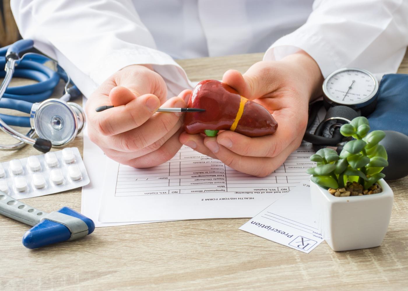 Médico a analisar fígado
