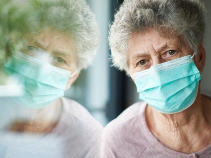 Idosa com máscara em hospital