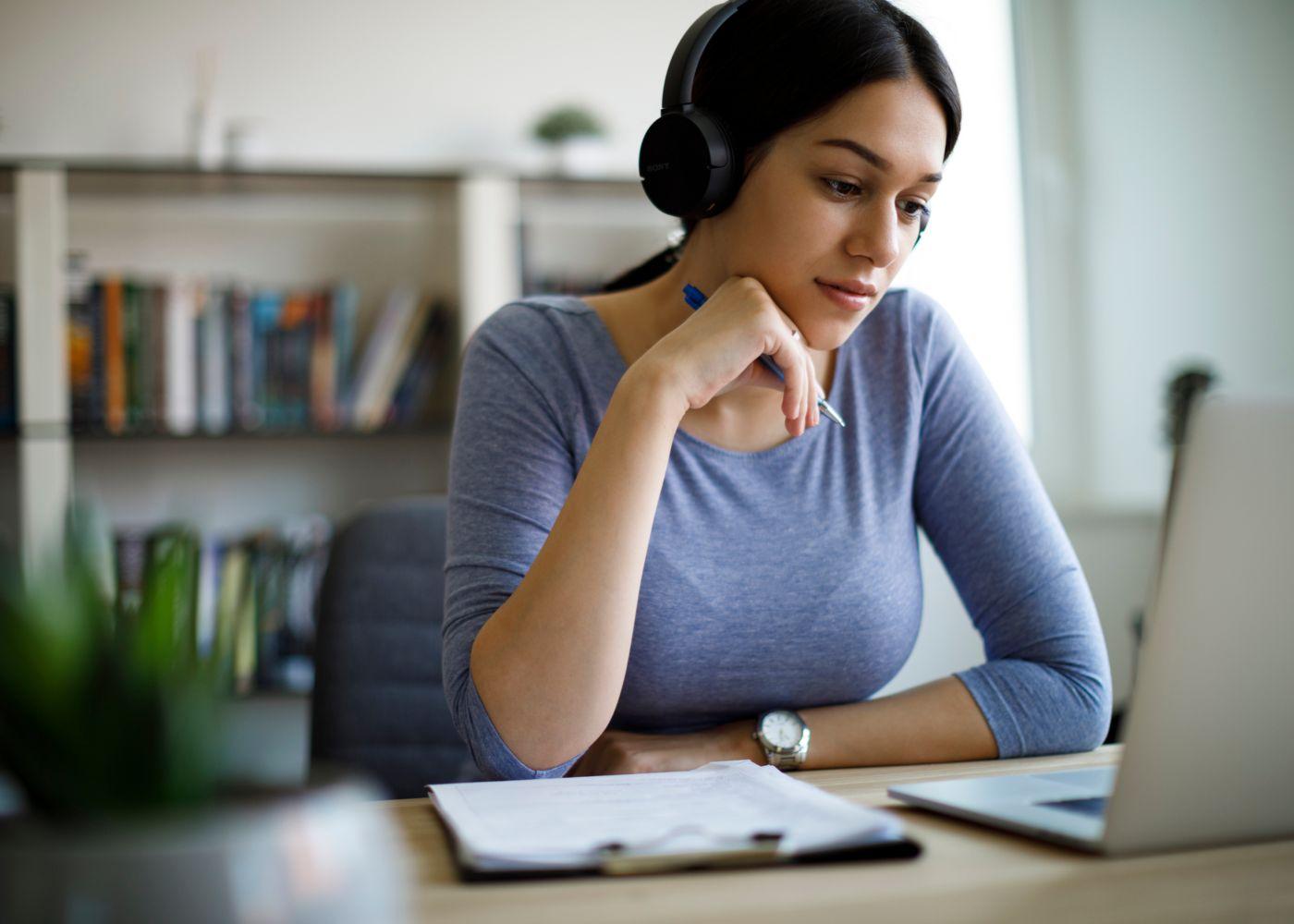jovem a assistir a formação online