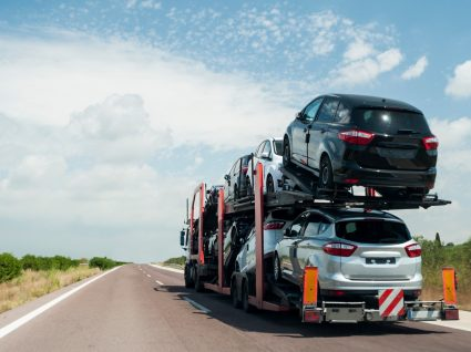 Carros importados transportados num camião