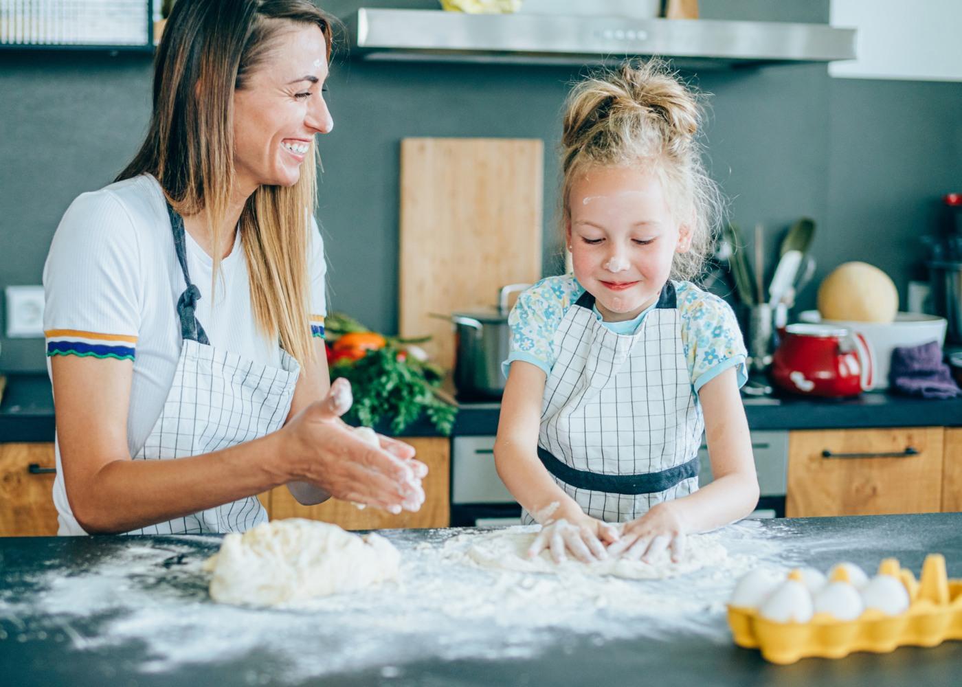 mãe e filha a cozinhar