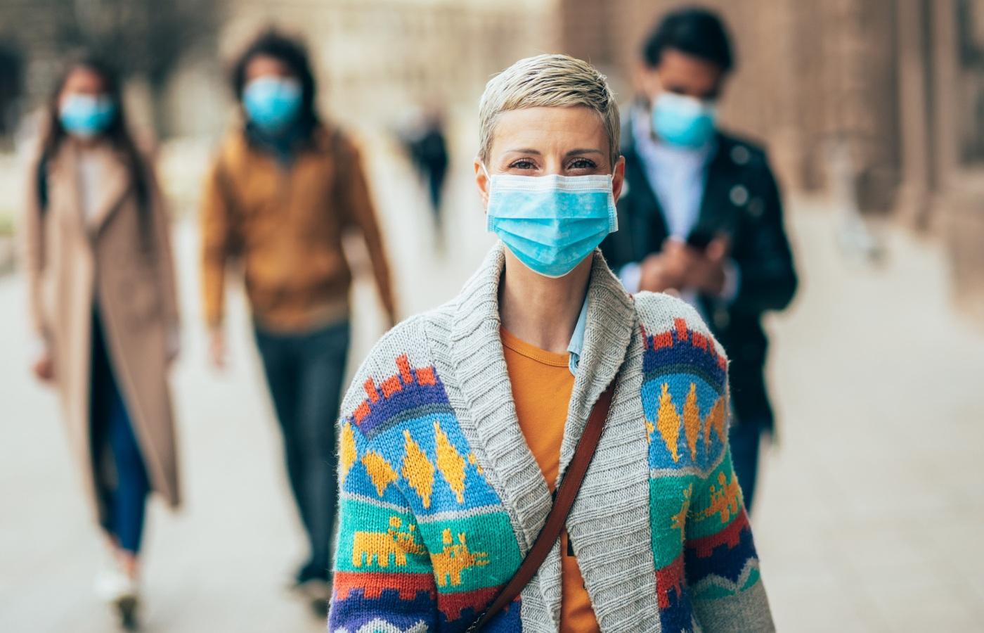 pessoas com máscara na rua
