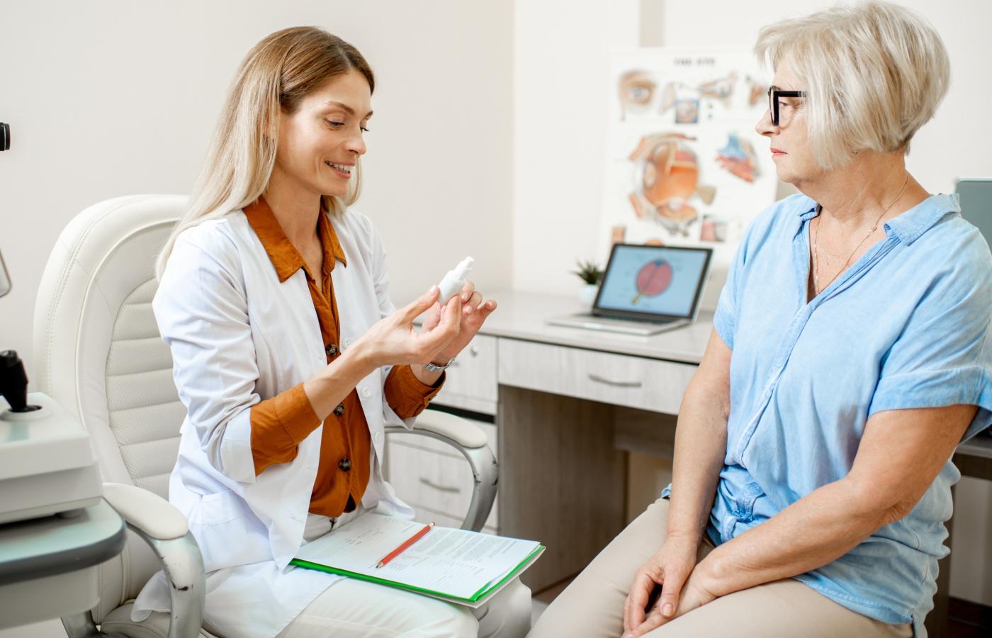 médica a dar colírios a paciente