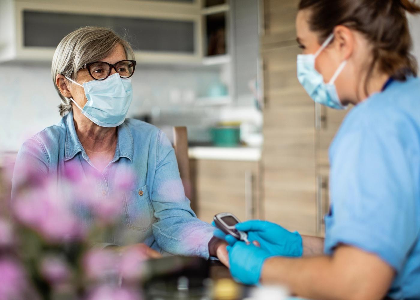medica a cuidar de paciente no domicílio
