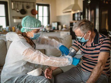 medica a medir a pressão arterial a um paciente