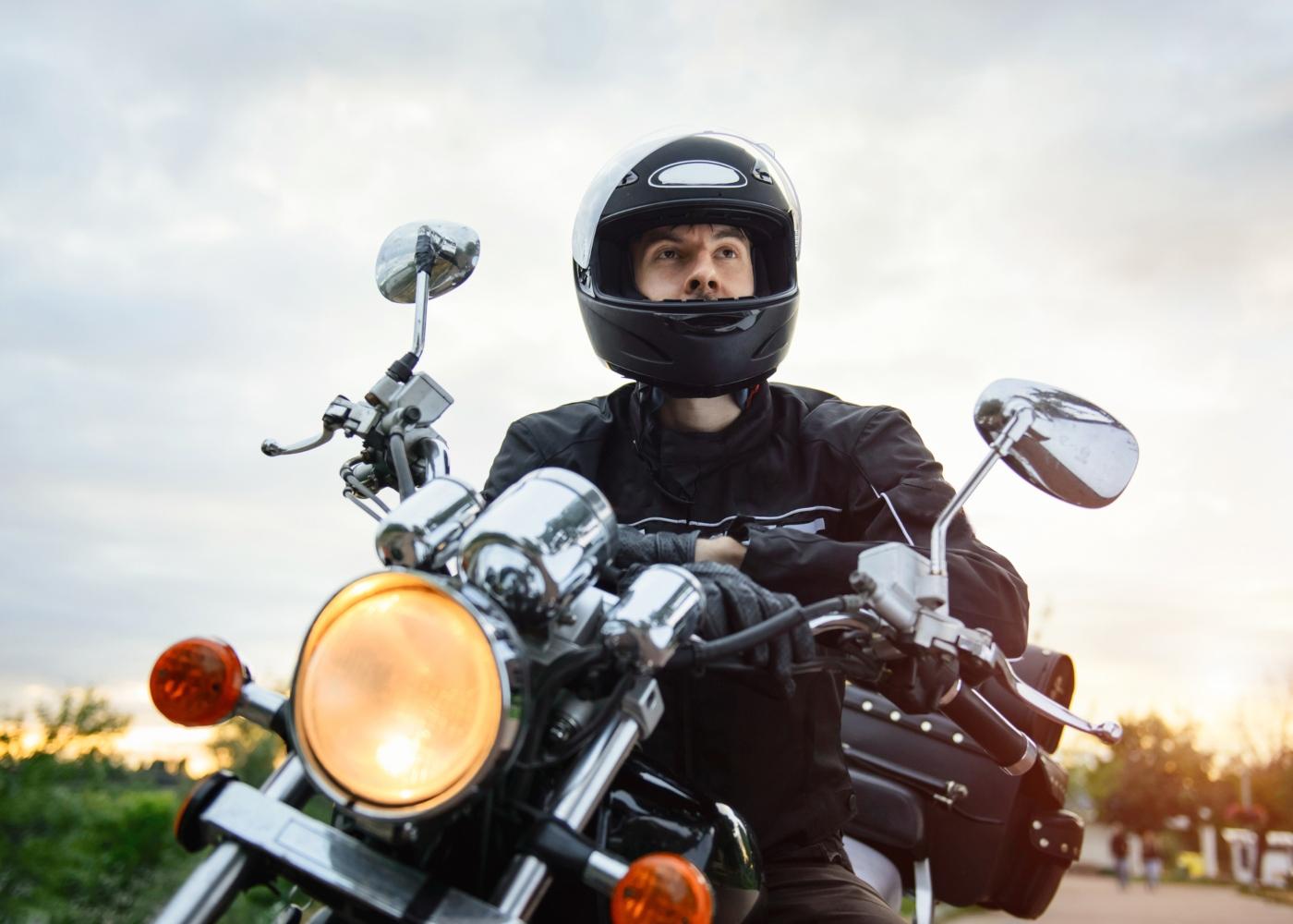 Homem a andar de mota