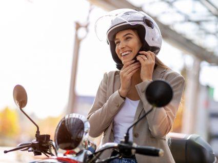 Mulher a andar de mota