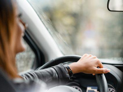 Mulher a conduzir na cidade e a poupar combustível