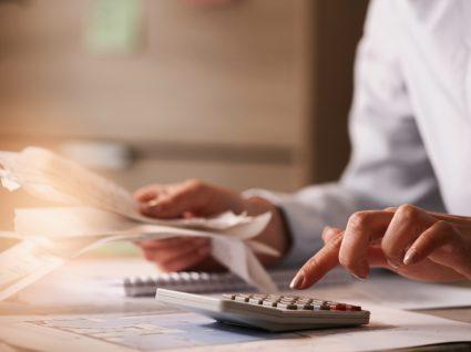 Mulher a calcular despesas mensais