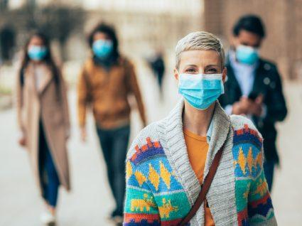 Pessoas a usar máscara na via pública