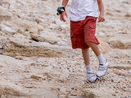 criança com pé boto
