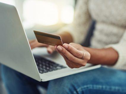 Mulher a comprar online a crédito