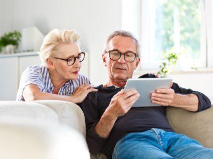 casal sénior a mexer em tablet