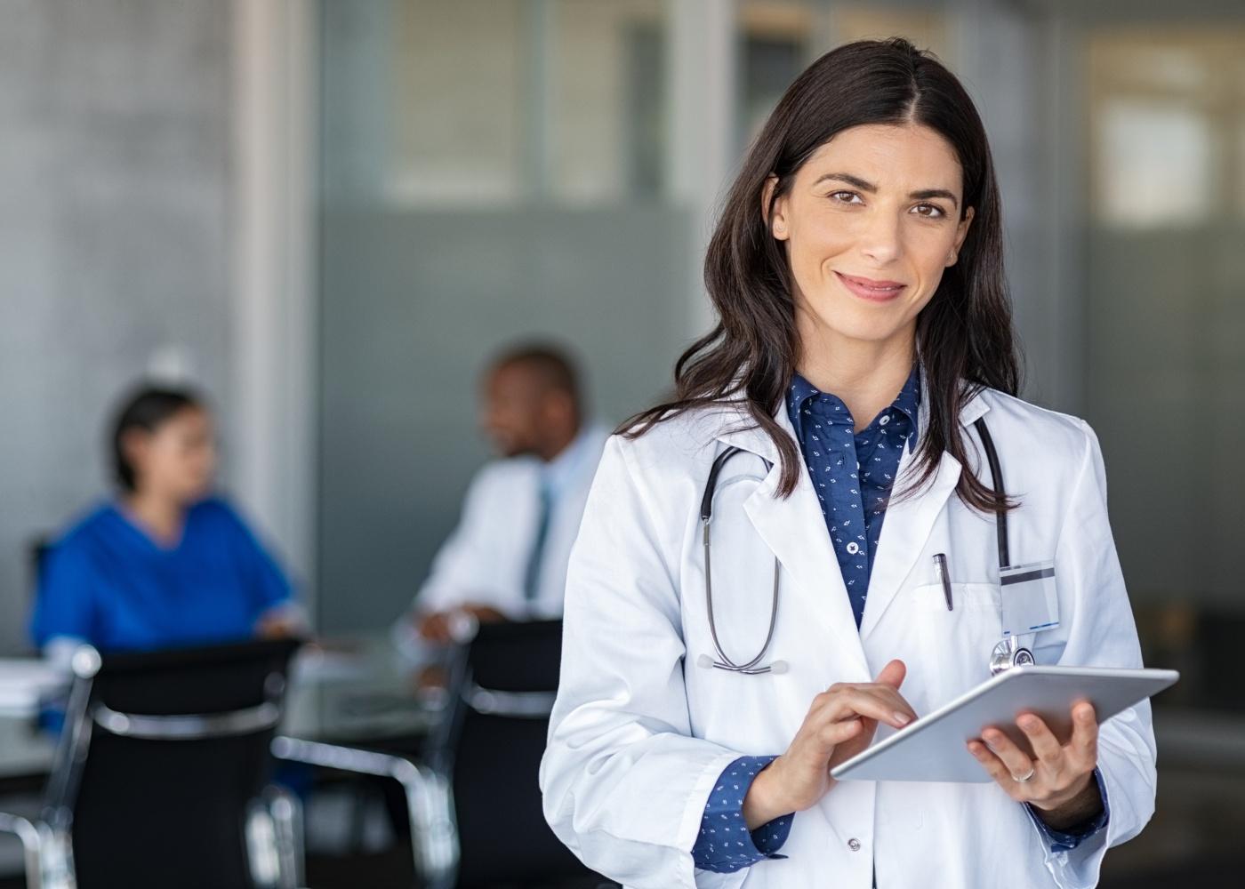 médica com tablet na mão