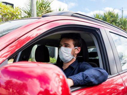 Homem a conduzir de máscara