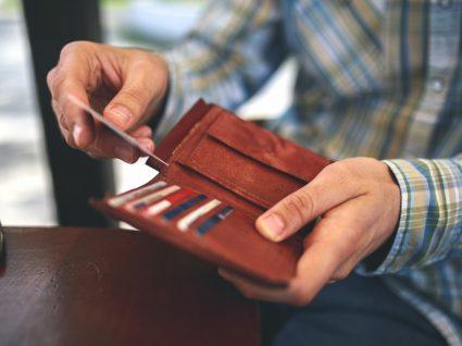 Homem a tirar documentos da carteira