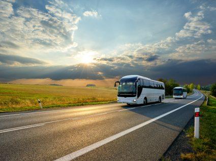 Autocarros a fazer ligação entre capitais de distrito