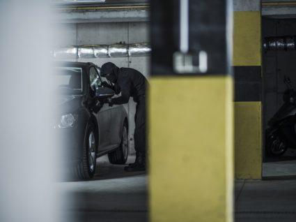 Homem a roubar carro de parque de estacionamento