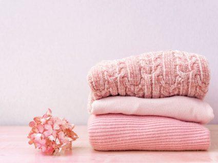 roupa delicada cor-de-rosa depois de lavada