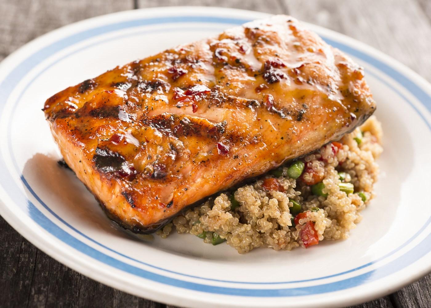 salmão grelhado com crosta de quinoa
