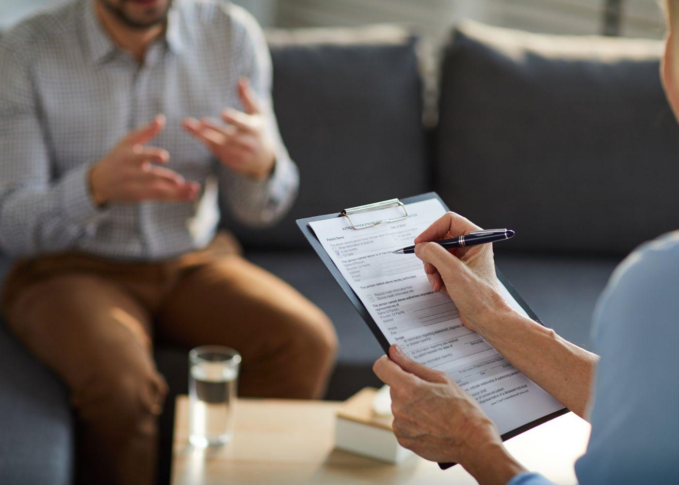 trabalhador a falar com psicólogo no trabalho